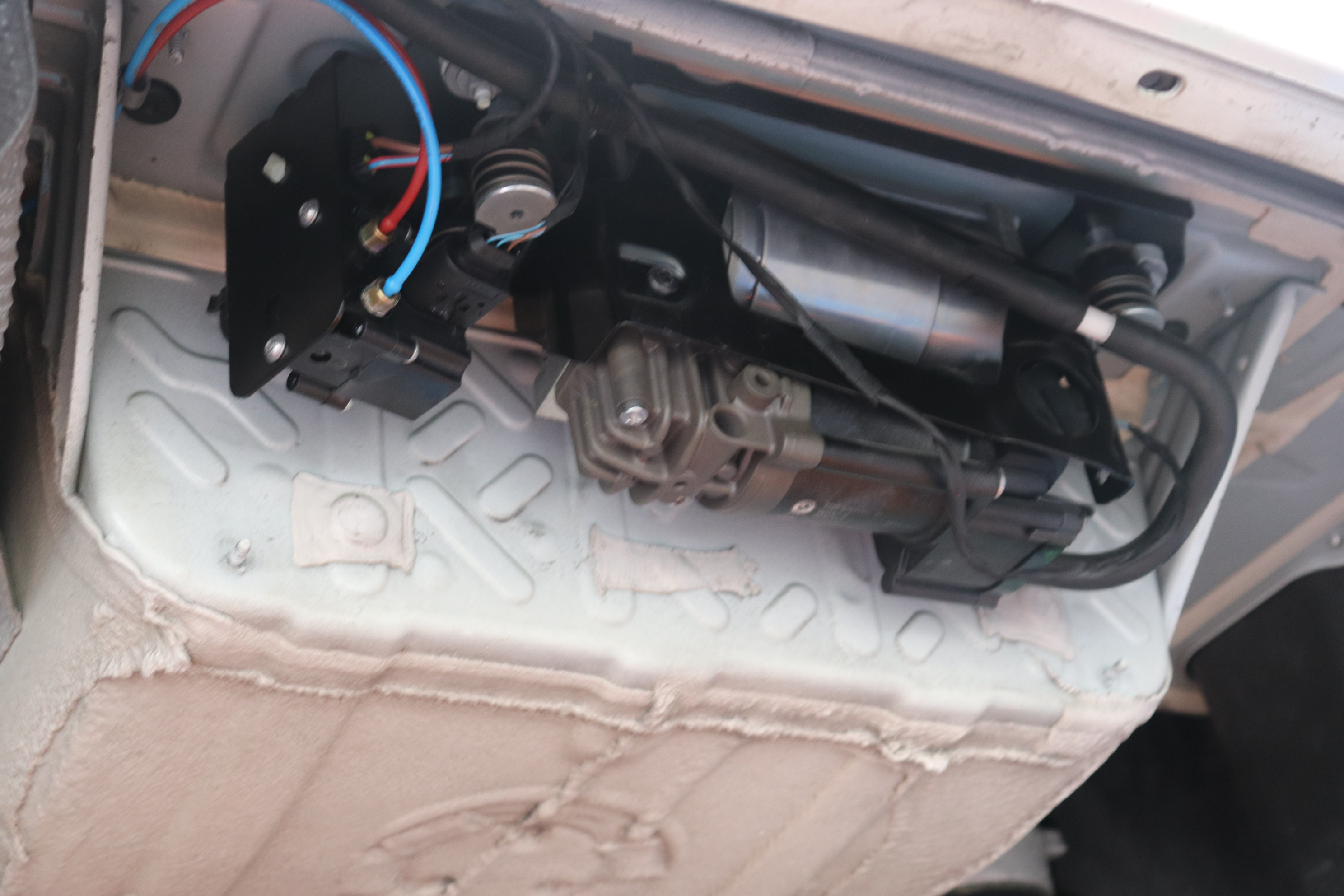 BMW F11 523d エアサス修理完了